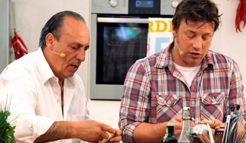 """Jamie Oliver en plena acción con su gran amigo y mentor Gennaro Contaldo. Foto del blog """"Underground Eats"""""""