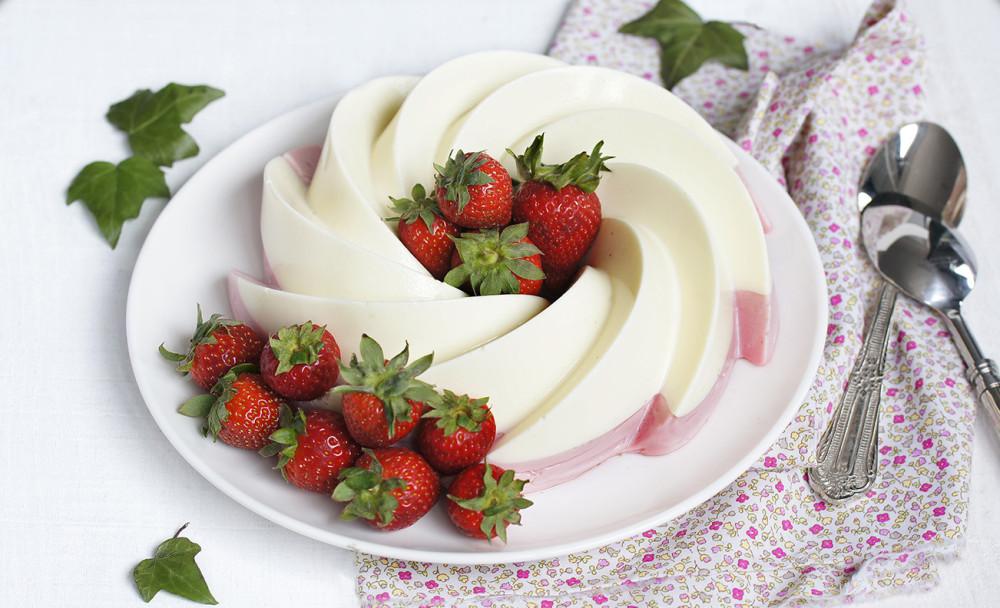 Pastel de fresas con nata del blog de Mi dulce tentación. Una receta muy sencilla e ideal para los días de más calor.