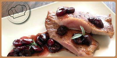 Secreto ibérico con salsa de vino y cerezas