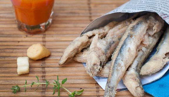 Tapa de boquerones fitos con chupito de gazpacho en nuestras recetas mirando al mar de nuestro resumen semanal
