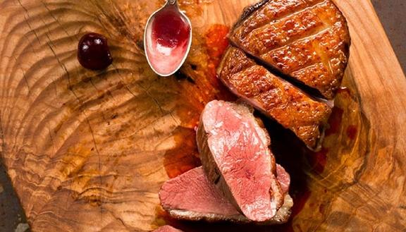 """Magret de pato con picotas glaseadas con vino y miel del blog """"Sweet & Sour"""""""