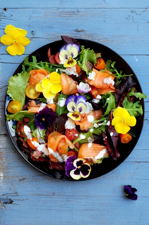 ensalada salmón ahumado flores