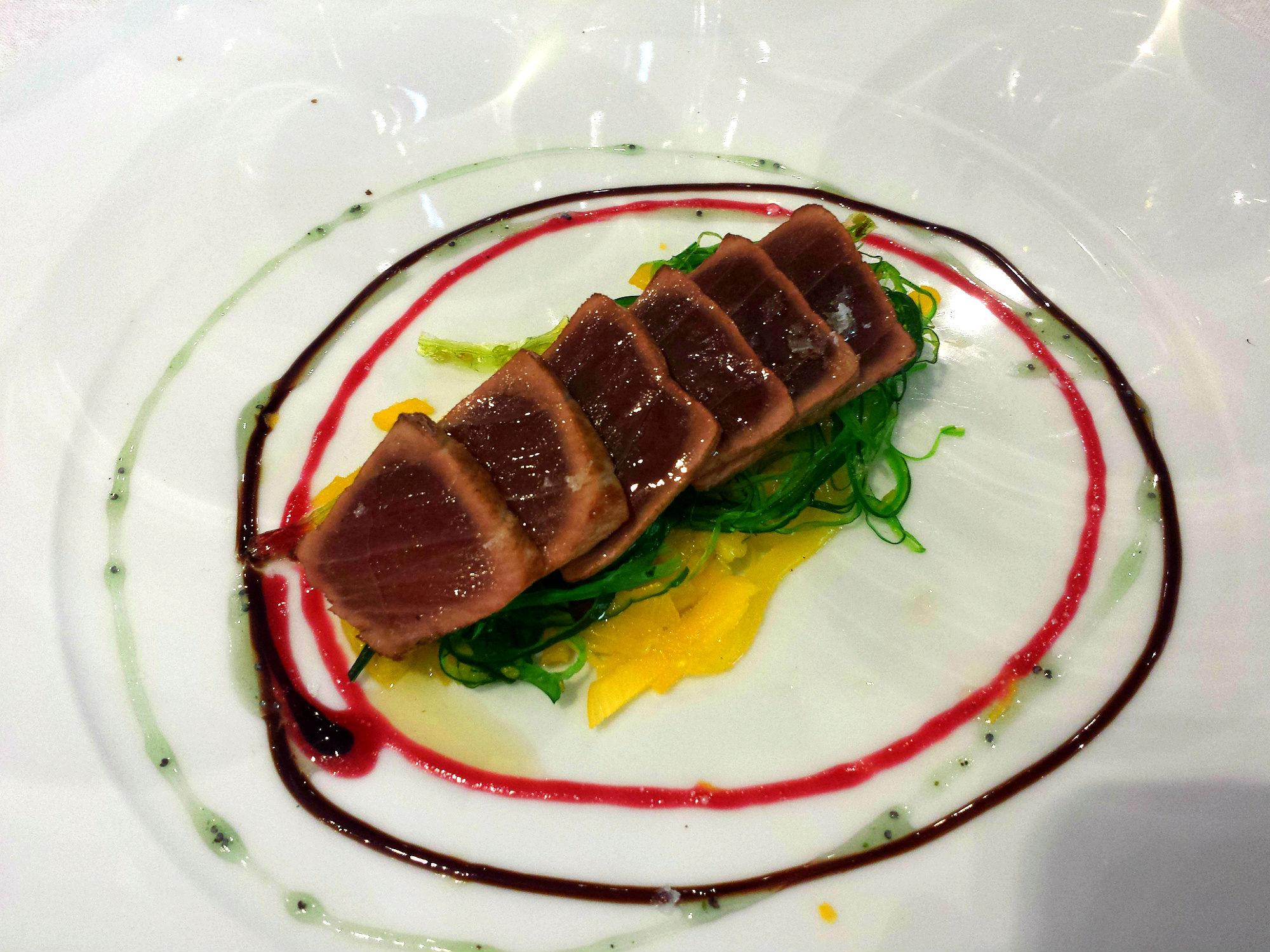 Tataki de atún del lomo negro sobre wakame, mango y reducción de lechuga de mar