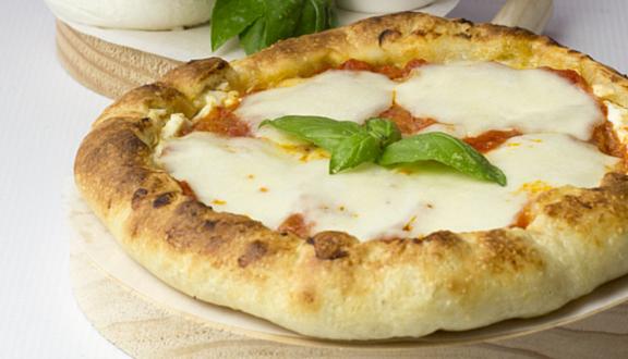 Pizza margarita con borde de ricotta del blog Las cosas de Cósima