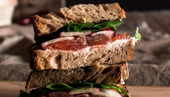 Sandwich de salmón, ricotta y rábanos de Bake street para el top 5 semanal de Recetags