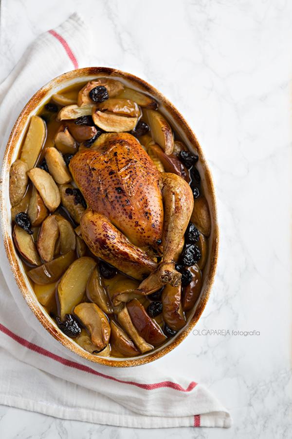 Pollo asado con patatas, manzanas y ciruelas del blog Nina's kitchen