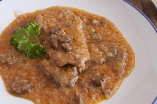 Fricandó de ternera y setas, un guiso típico de la gastronomía catalana