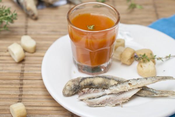 Receta de chupito de gazpacho y boquerones del blog Sabores & Momentos