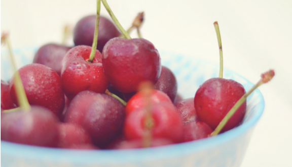 Cerezas, fruta de temporada y reinas del picoteo y del coqueteo