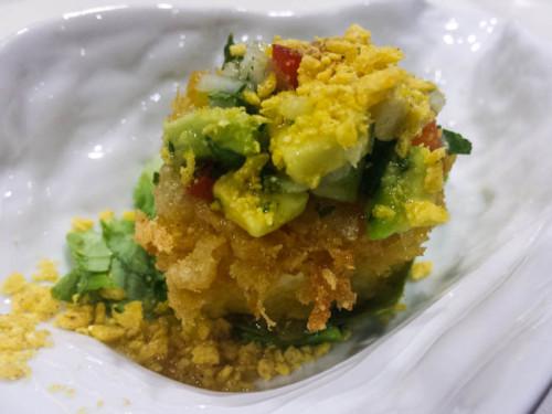 Ensalada de queso de cabra con aceite de o oliva cornicabra, maíz y vinagreta de guacamole