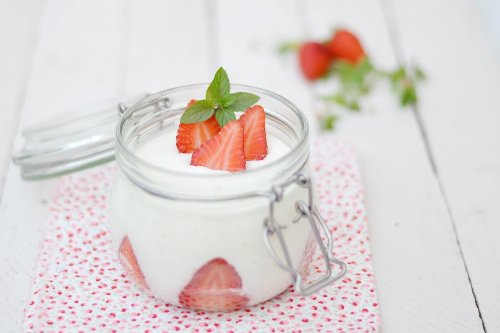 Mousse de yogur con fresas del blog Milhojas