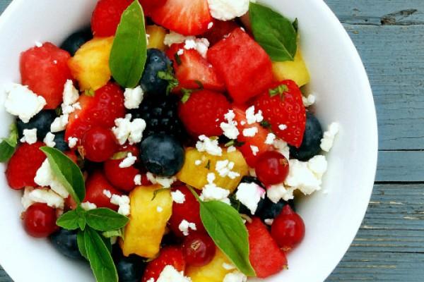 Ensalada de fruta de verano y queso feta del blog Sugg-r
