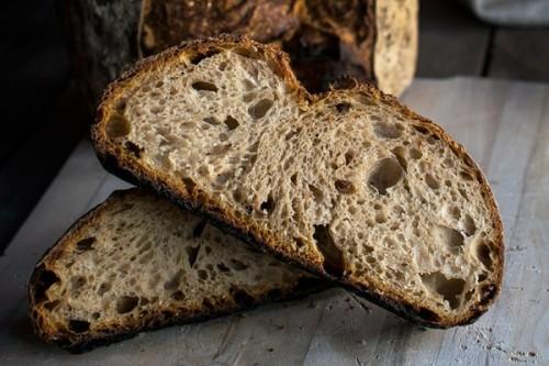 Pan con peras al vino deshidratadas y avellanas del Blog Bake-Street