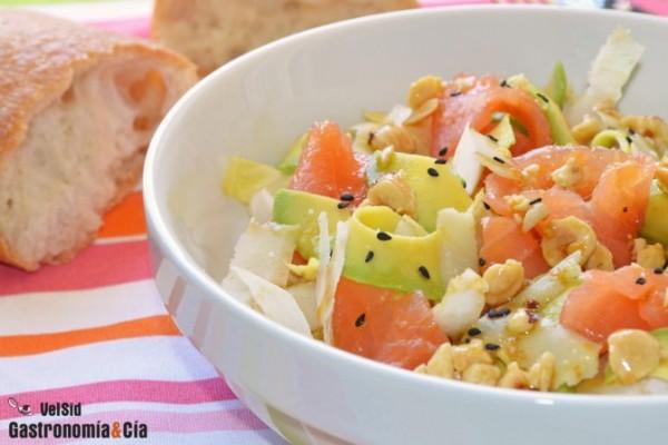 Ensalada de endibias con aguacate, salmón y avellanas del blog Gastronomía & Cía
