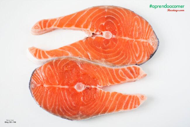 Rodaja de salmón, un pescado azul graso rico en aceite omega-3