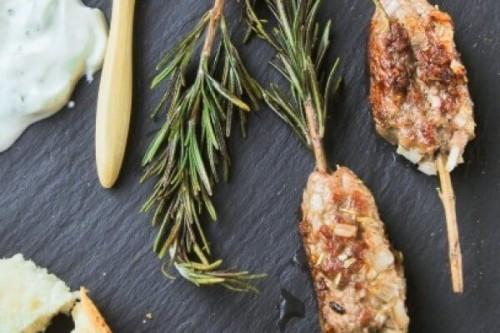 Pinchos de carne con salsa a la menta del blog L'Exquisit