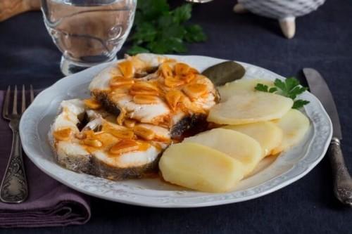 Merluza a la Gallega con patatas acompañada de ajada al gusto del blog No quieres caldo?... Pues toma 2 tazas