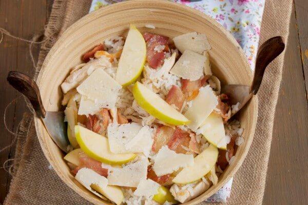 Ensalada de arroz, pollo, manzana, bacon y queso con vinagreta de salsa de soja del blog Atrapada en mi cocina