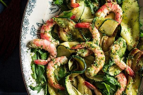 Recetas de Ensaladas Verdes con calabacín y langostinos con salsa verde del blog Because