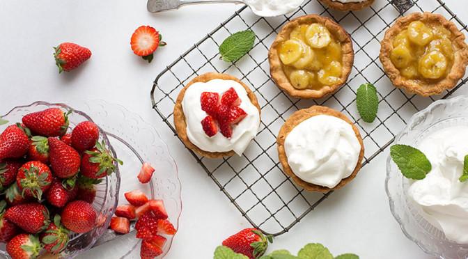 Un ejemplo de fotos de comida que enamoran son estos Pastelitos rellenos de plátano caramelizado, nata y fresas del blog Sweet & Sour
