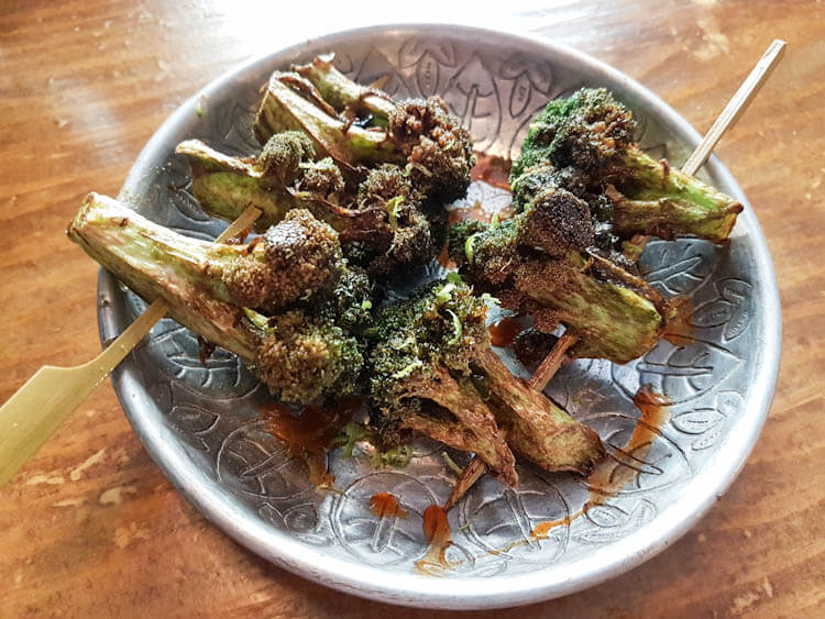 Brochetas de brócoli con un sabroso toque a lima