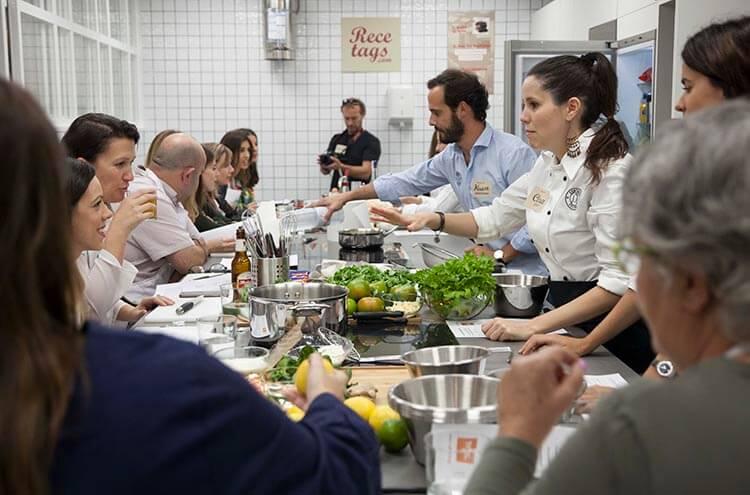 El grupo está en pleno cocinado. Recetags.com