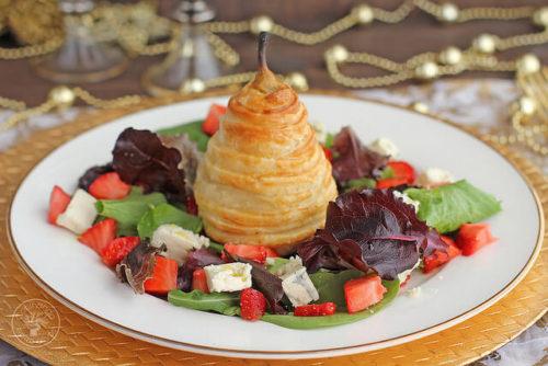 Ensalada de pera en hojaldre con queso azul y fresas. Receta colorida